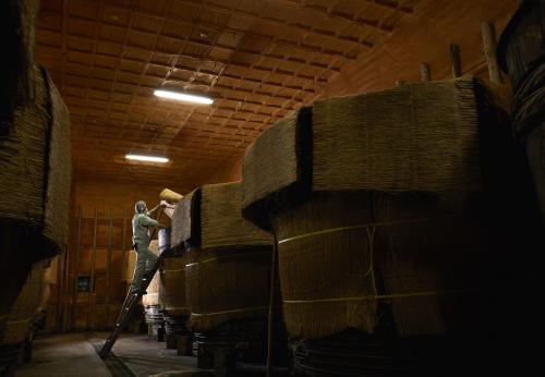 伝統の「赤酢」を醸す、日本屈指の大木桶が並ぶ酢蔵。